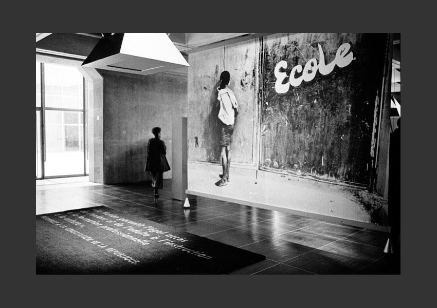 """""""Exclusions"""" expo collective en 3x4 m à l'Arche de la Fraternité, Grande Arche de la Défense du 15 avril 1992 au 31 décembre 1993."""