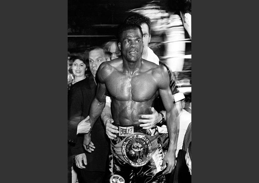 Victoire de Jean-Baptiste Mendy aux championnats du monde WBC en poids léger à la salle Marcel Cerdan, le 20 mars 1996 .