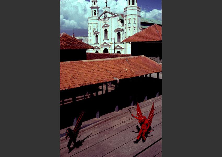 Diables de carnaval devant l'église de Jacmel, Haïti février 1985.
