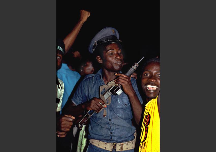 Tonton macoute dansant en plein carnaval, Port au Prince, février 1985.