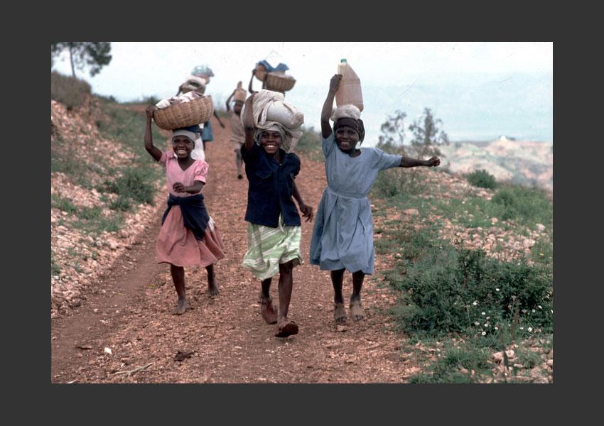 Fillettes courrant vers le marché, montagne de Kenscoff, Haïti 1985.