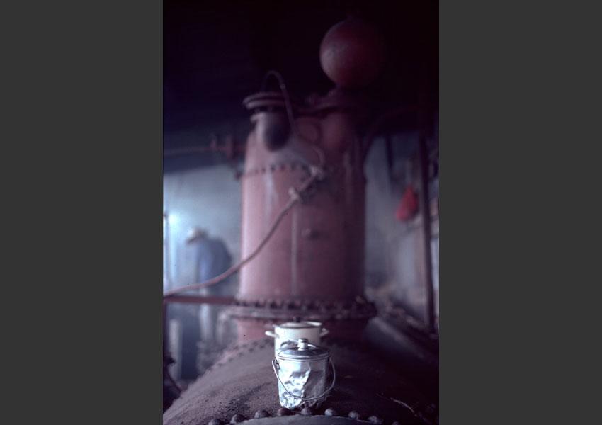 Les gamelles au chaud sur la chaudière, distilleire Port Louis, Marie Galante, 1986.