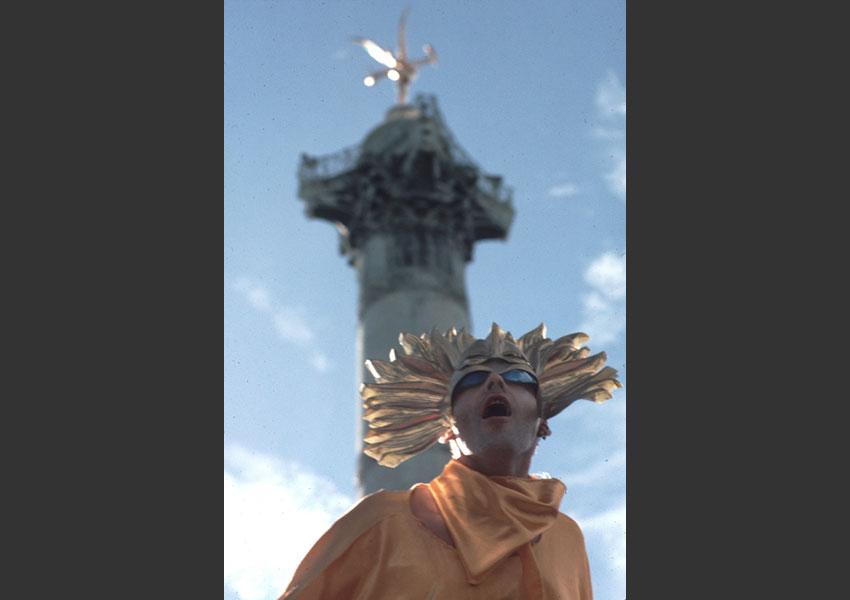 L'Underground de la Techno manifeste : la Technoparade est née... Technopole s'empare du concept en 1998. Place de la Bastille, septembre 1997.