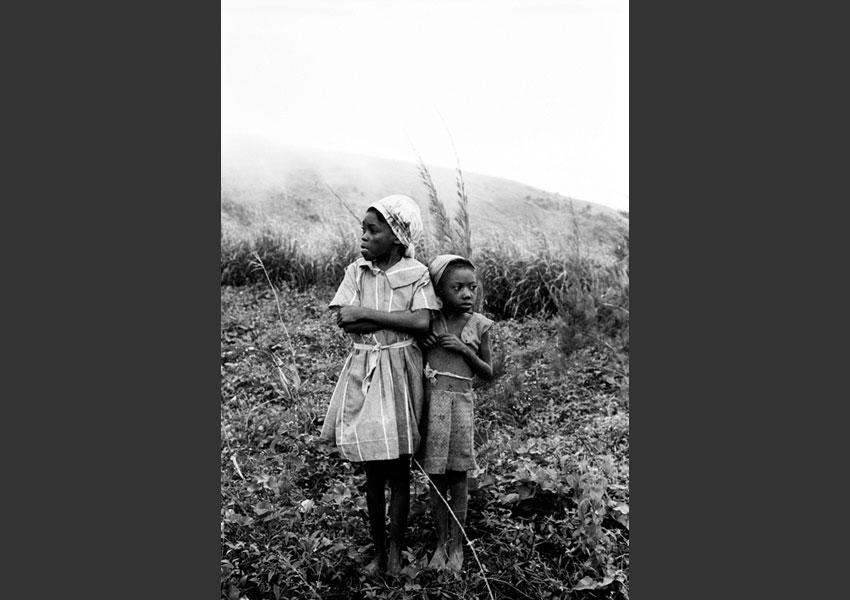 Fillettes dans le froid ; montagnes de Miragôane, Haïti 1981.