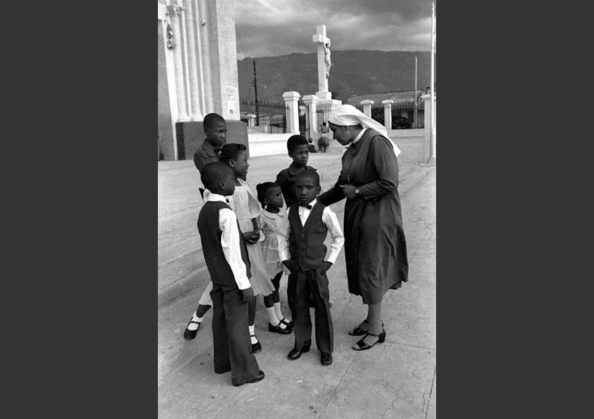 Religieuse encadrant un groupe d'enfants, cathédrale de Port au Prince, Haïti 1982.