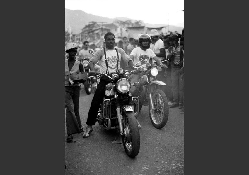 Motards paradant au milieu de la foule, carnaval de Port au Prince, Haïti février 1982.