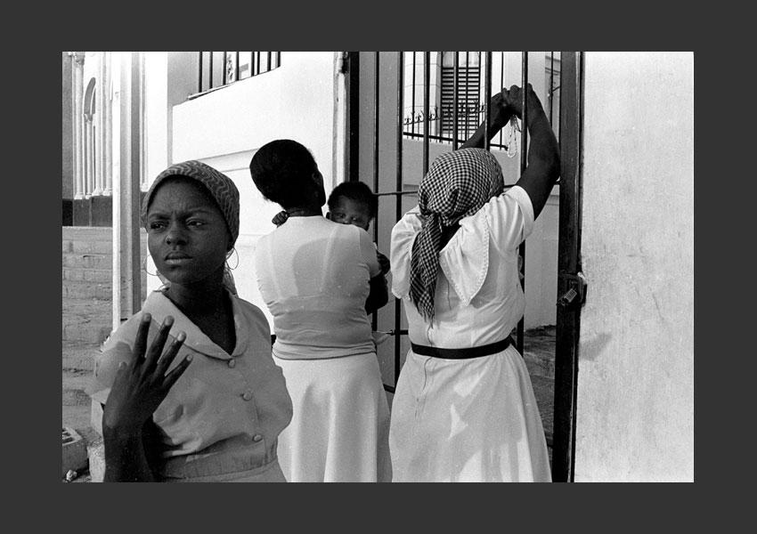 Femmes en prière avec un bébé devant le Christ, cathédrale de Port au Prince, Haïti 1982.