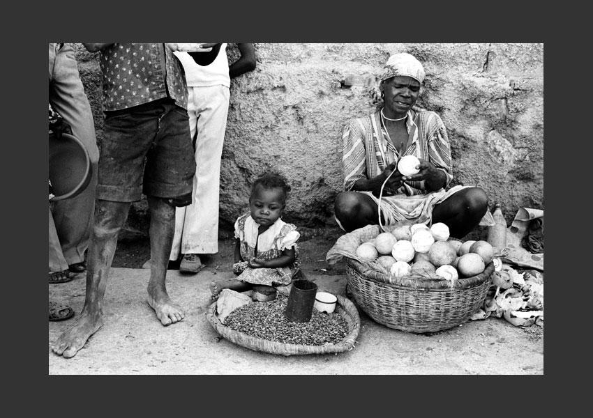 Marchande et sa fille assises dans la rue, Port au Prince, Haïti 1982.