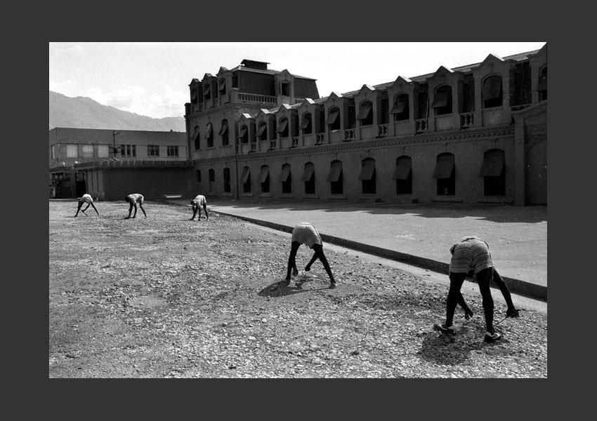 'Les prisonniers'. Casernes Dessalines, Port au Prince Haïti 1982.