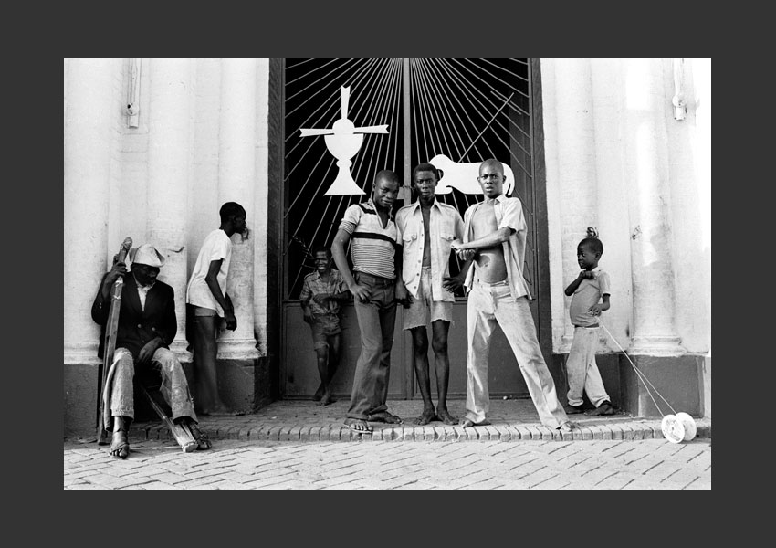 'la Condition Humaine', groupe de jeunes et mendiant, église de la Trinité, Port au Prince, Haïti 1982.