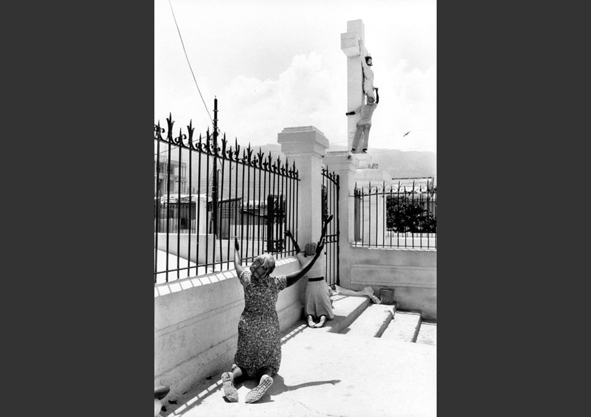 Femmes en prière devant le Christ repeint pour la visite du Pape Jean-Paul II, Cathédrale de Port au Prince Haïti 1982.