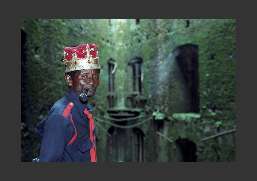 'Léon Dorjus IV'. Se disait descendant du Roi Henri Christophe. Palais sans souci, Haïti 1982.
