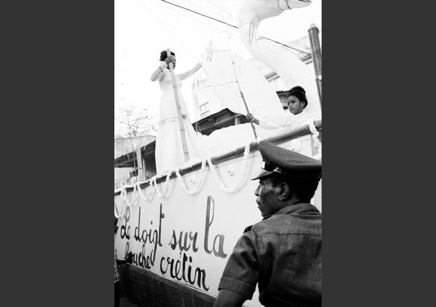 'Chut!'. Tonton Macoute et char de carnaval, Jacmel Haïti 1982.