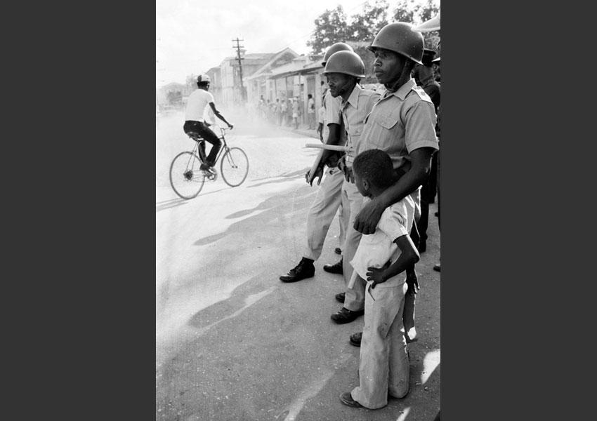 Enfant et militaires assurant le service d'ordre du carnaval, Jacmel Haïti février 1982.