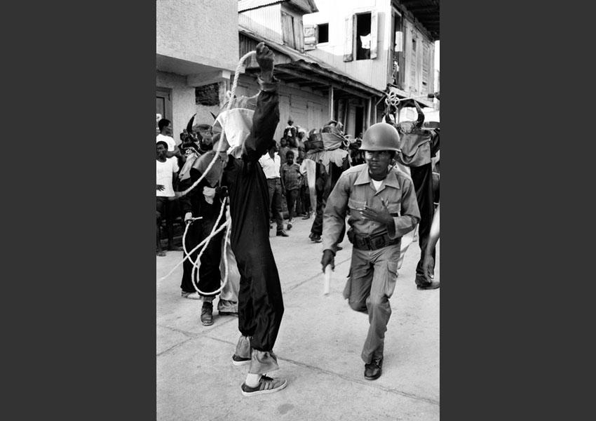 Miltaire assurant le service d'ordre au milieu du carnaval, Jacmel Haïti février 1982.