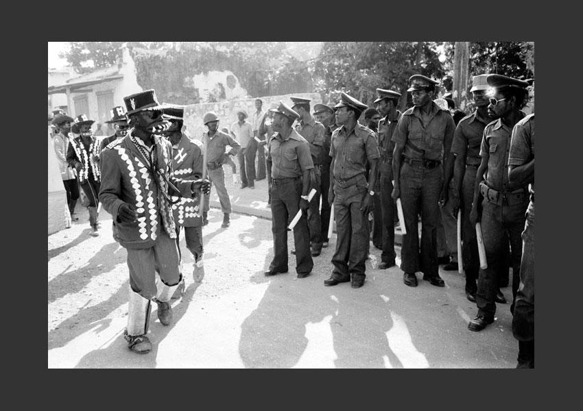 'Charles Oscar' et Tontons Macoutes assurant le service d'ordre du carnaval, Port au Prince, Haïti février 1982.