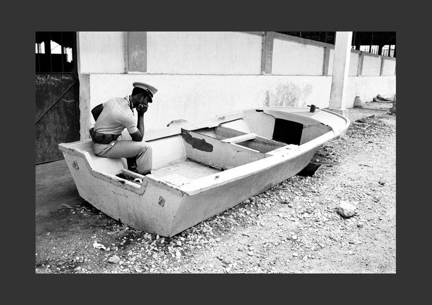 'Chômage'. Militaire gardant le port de Jacmel, Haïti 1982.