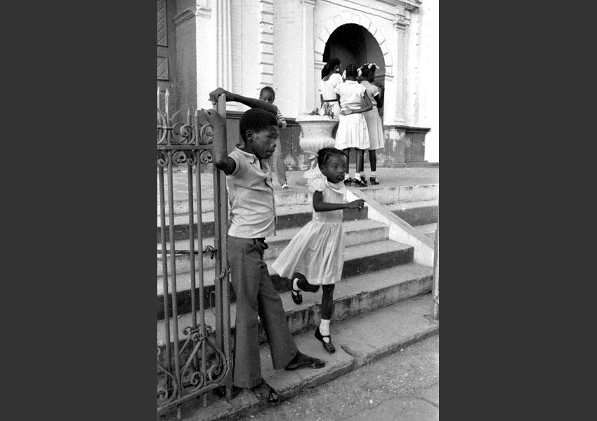 Groupe d'enfants devant une église, Port au Prince Haïti 1982.