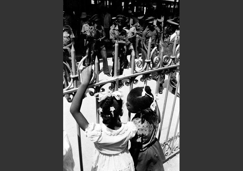 'Les deux mondes'. Parade de 'Tontons Macoutes', Jacmel, Haïti 1982.