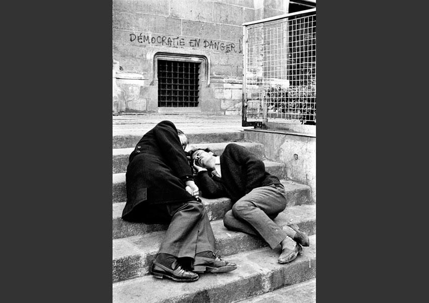 12 - Devant l'église St Merri, quartier des Halles, Paris 1984.
