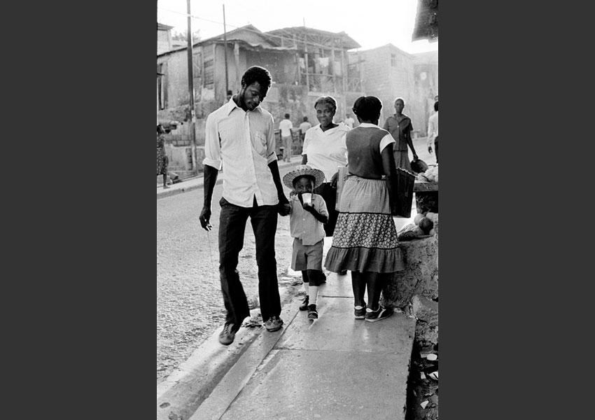 Enfant et son père lui donnant la main, rue de Port au Prince, Haïti décembre 1984.