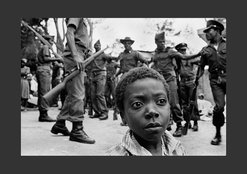 Enfant et tontons macoutes, Kenscoff, Haïti 1984.
