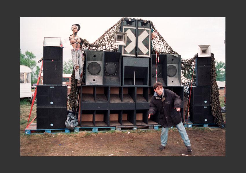Teknival de Mer (Teknival du 1er mai). Mer, Loir et Cher, France, du 28 avril au 1er mai 2002.