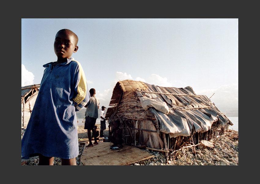 Une famille s'est réfugiée sur un ilet au large de Corail pour échapper aux partisans d'Aristide. Haïti, février 2004.
