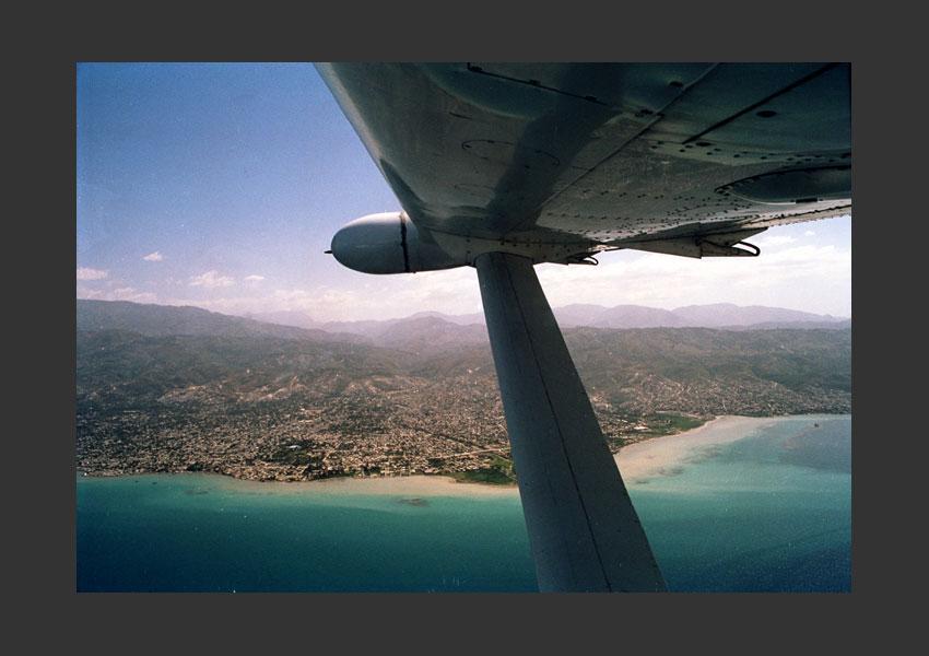 Carrefour, vu de l'avion évacuant les ressortissants américains de la région des Cayes, Haïti. 4 Mars 2004.