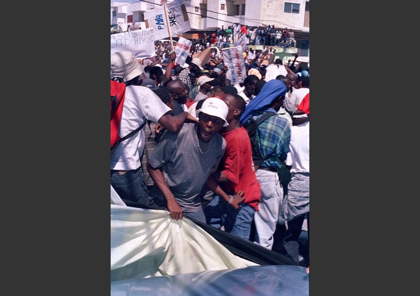 """""""Déchoukage"""". Manif contre Aristide ; dimanche 7 mars 2004 Port au Prince Haïti."""