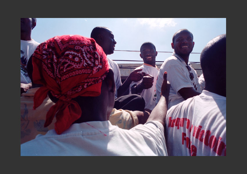 Guy Philippe ovationné par la foule, pendant la manif en son honneur. Port au Prince Haïti le dimanche 7 mars 2004.