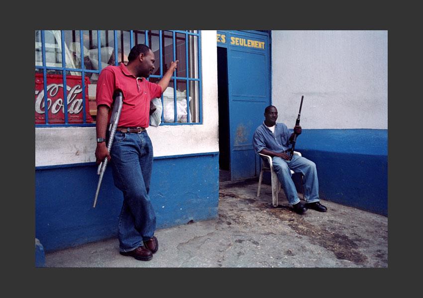 Devant une boulangerie pendant l'insurrection contre Aristide. Pétionville, Haïti  février 2004.