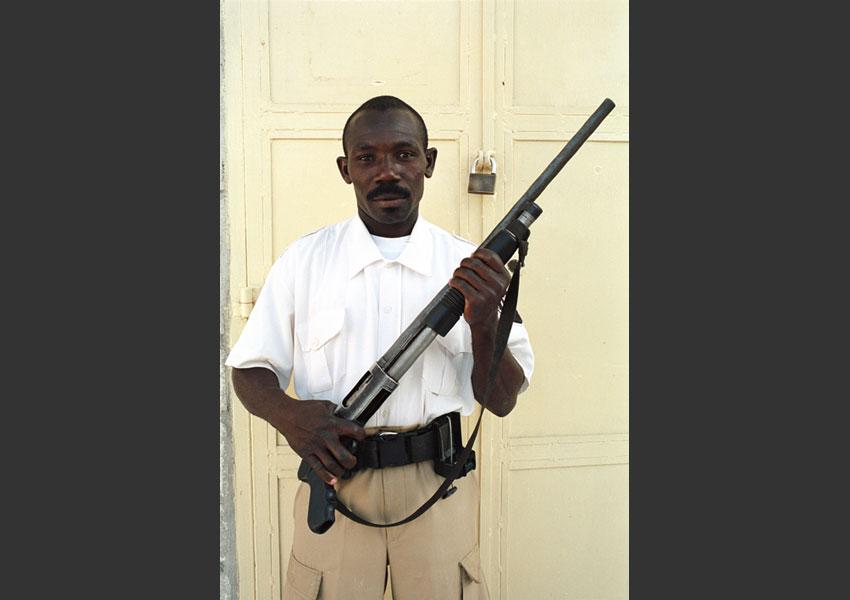 """""""Pénurie de cadenas sur Port au Prince"""" annonce la radio pendant l'insurrection contre Aristide, Pétionville, Haïti février 2004."""