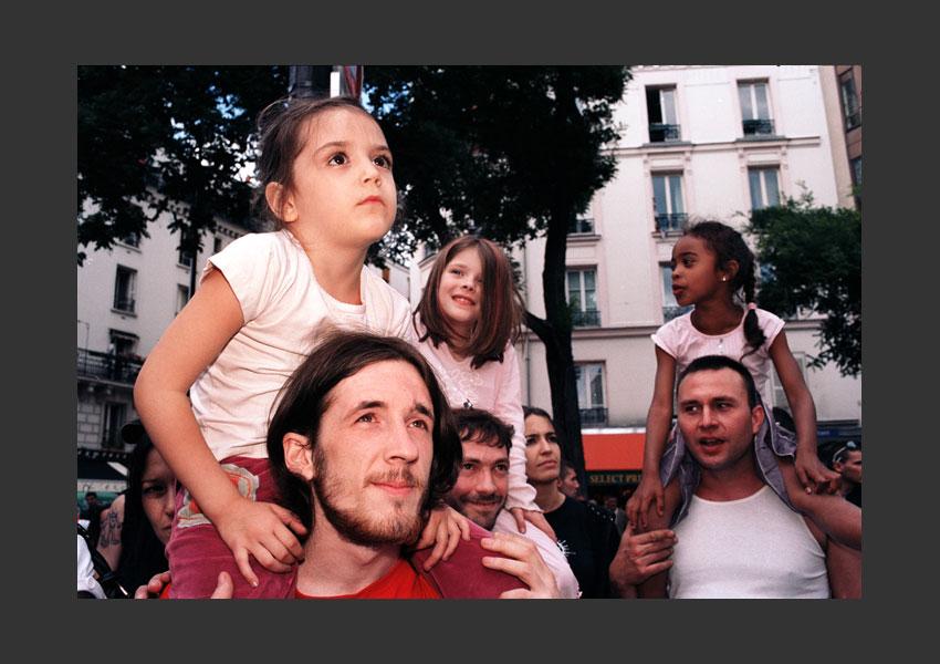 Hommage à Lamine Dieng, mort dans un fourgon de police le 17 juin 2007. Ménilmontant, Paris le 14 juin 2008.
